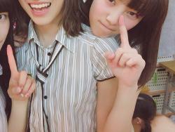AKB48楽屋の自撮りをうpしたら久保怜音のブラなし背中が映り込んでしまう事故