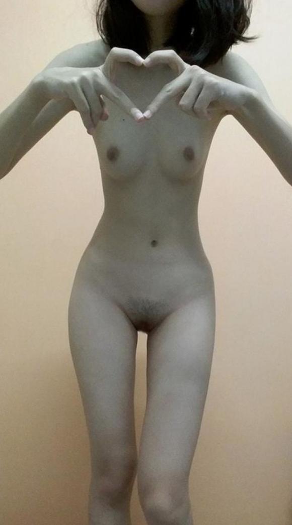華奢な現役女子大生2年が裸になって薄毛ま○こヘアヌード自撮り