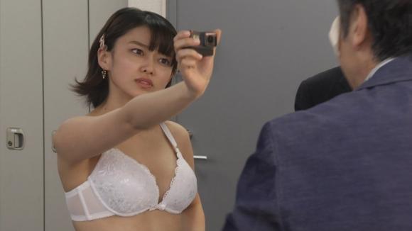 歌舞伎町弁護人凛花で女優の山地まりが脱衣ブラジャー下着姿を晒す