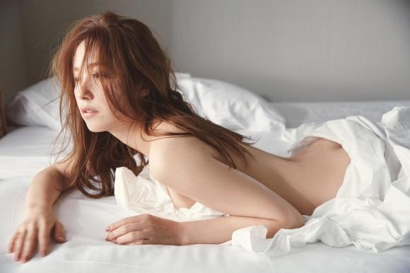 衛藤美彩セミヌード1