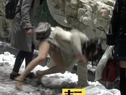 ミニスカートの女子大学生が大雪で滑る瞬間のエロな場面が放送される