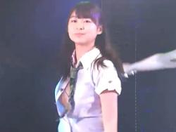 AKB48達家真姫宝のボタンが外れてブラジャーがマル見えになるハプニング