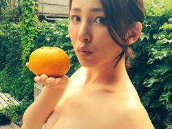 吉川友、Twitterのミズ着グラビアオフショットでチクビが見えるハプニング