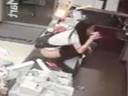 ファミマでトイレを断られた女子が抗議でレジにあがりコップに放尿し飲み干す