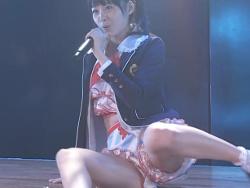 AKB48達家真姫宝が劇場のステージ上で開脚してパンツ丸見えさせる