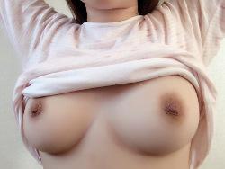Fカップ美巨乳小娘がブラ外してむっちりした生お乳挟み込み自撮り