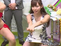 塩地美澄アナがタイトスカートでスクワットしてしまいパンツ丸見え