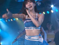 AKB48谷口めぐがライブステージ上で斬新なパンツの見せ方をする