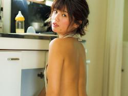 流れ星・瀧上の妻、小林礼奈が大胆な乳首透けセミヌードを解禁